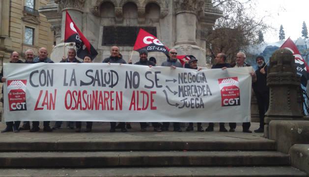 Imagen de la concentración organizada este jueves bajo la estatua de los Fueros de Pamplona.