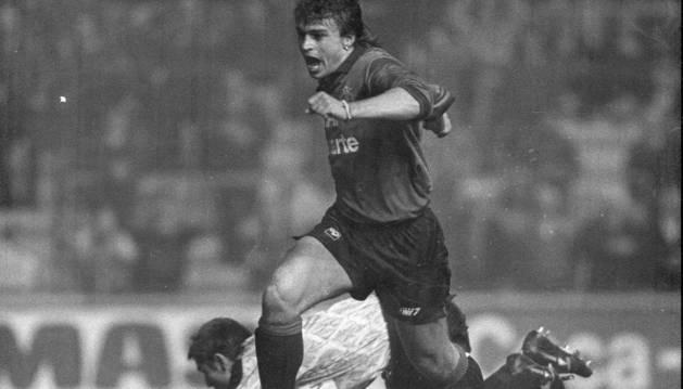 Roman Kosecki, con su característico pendiente en la oreja izquierda, celebra un gol con Osasuna.