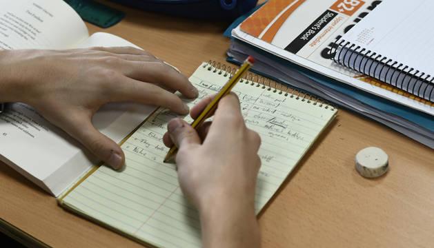 Foto de un estudiante realizando la tarea.