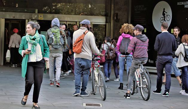 Ciudadanos hacen fila para utilizar los ascensores de la Rochapea a la calle Descalzos de Pamplona.