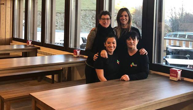 En la imagen, Amaia Ayarra, Susana Sierra, Yolanda Sagardoy e Idoia Limia, ayer en el restaurante.