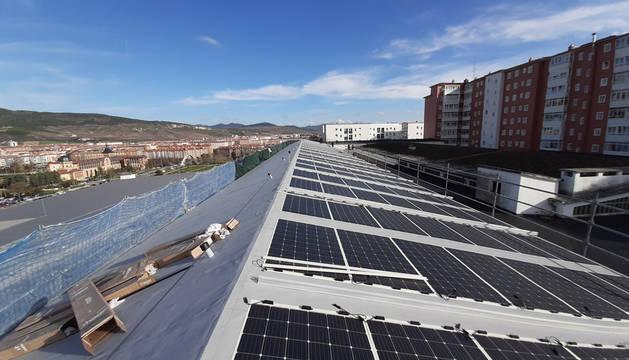 Foto de la cubierta fotovoltaica en el edificio de Seguridad Ciudadana en Pamplona.