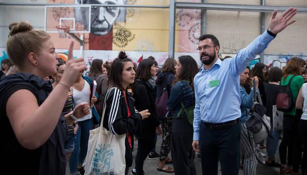 Imagen de un miembro del tribunal organizador de las oposiciones de magisterio del pasado junio guía a los aspirantes docentes.