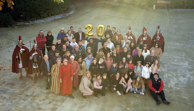 Foto de varios de los vecinos que participan en el Belén Viviente, en el Parque Municipal de Cortes.