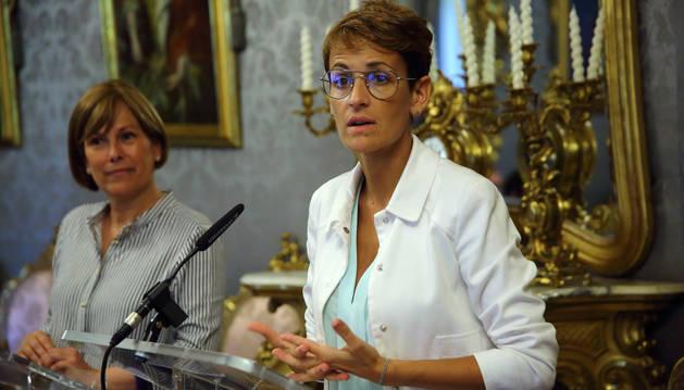 foto de Uxue Barkos y María Chivite, tras la reunión para el traspaso de la presidencia