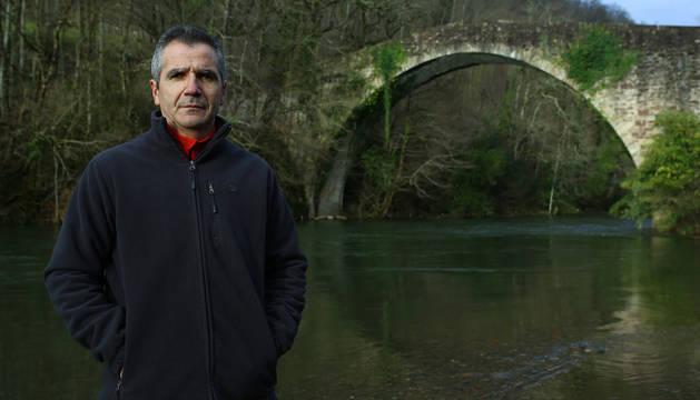 Imagen de José Javier Nosellas Zabalegui, frente al puente de Reparacea, uno de los más singulares sobre el río Bidasoa.