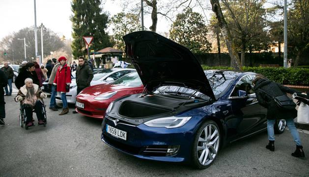 Foto de la concentración de coches eléctricos de la calle Bosquecillo de Pamplona.