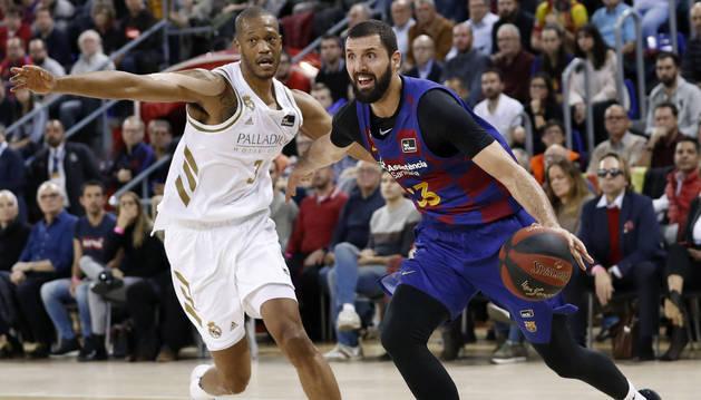 Imagen de Nikola Mirotic intenta avanzar con la pelota ante la oposición de Anthony Randolph en el Clásico disputado en Barcelona.