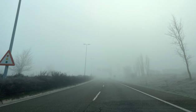 Niebla este domingo por la mañana en la carretera de entrada a Pamplona por Noáin.