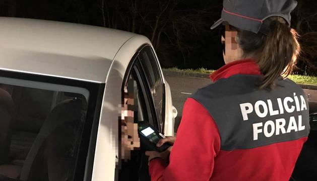 Una agente de la Policía Foral en un control de alcoholemia.