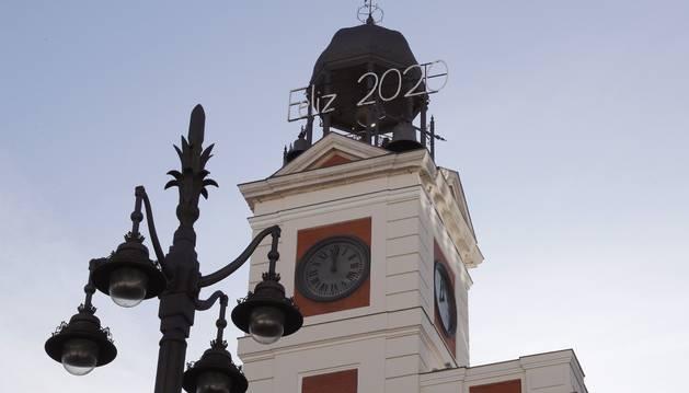 Foto de preparativos para las campanadas de fin de año en la Puerta del Sol en Madrid.