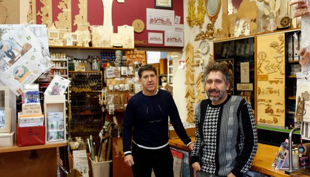 Foto de Carlos y Ángel Aguirre, dueños de Trebea, un local amplio pero cargado con todo tipo de materiales y herramientas.