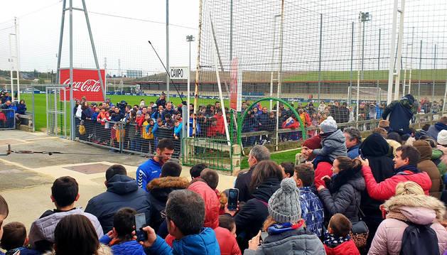 Multitud de niños acudieron al entrenamiento de Osasuna de este lunes, 30 de diciembre. Oier firmó también autógrafos.