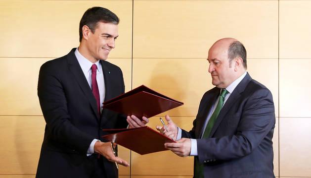 Foto del presidente del Gobierno en funciones, Pedro Sánchez (izda) y el presidente del PNV, Andoni Ortuzar  (dcha),  tras la firma del acuerdo entre el PSOE y el PNV.