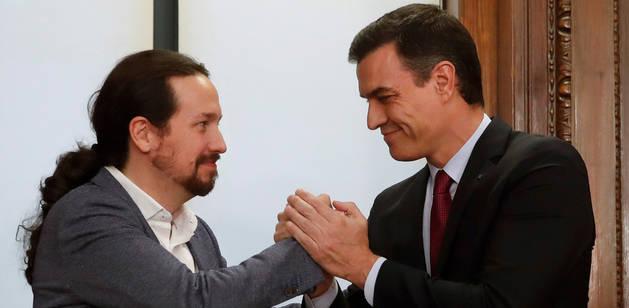 El candidato a la investidura, Pedro Sánchez (d), y el líder de Podemos, Pablo Iglesias (i), estrechan sus manos tras el acto de firma del acuerdo programático.
