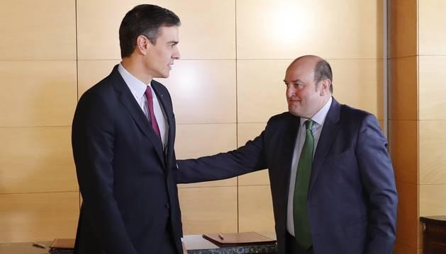 El presidente del Gobierno en funciones, Pedro Sánchez, y el presidente del PNV, Andoni Ortuzar, durante la firma del acuerdo por el que los nacionalistas vascos votarán a favor de la investidura de Sánchez, este lunes en el Congreso.