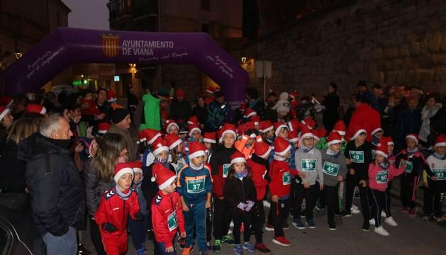 Los niños, en la salida de la San Silvestre de Viana, lucen un gorro de Papá Noel.