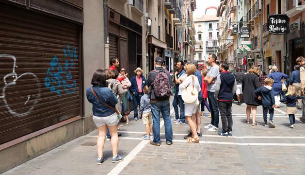 Foto de un grupo de turistas, en la calle Estafeta el pasado verano.