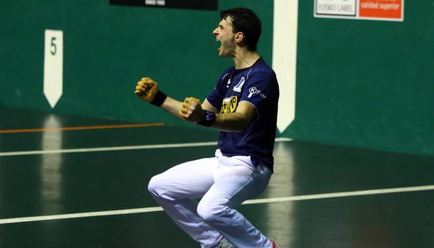 Jokin Altuna celebra un tanto en un partido anterior del Parejas.