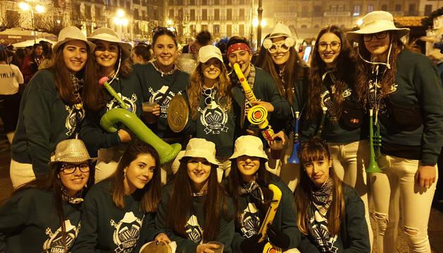 Disfraces y ambiente festivo para recibir el Año Nuevo 2020 en la Plaza del Castillo de Pamplona.