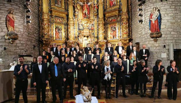 foto de La Coral San Miguel posa con los antiguos directores y los músicos que les acompañaron.