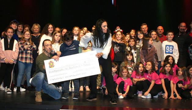 foto de El niño Álex Berdonces y sus padres posan con el cheque y artistas que actuaron en la gala.