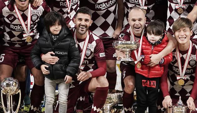 David Villa y ANdrés Iniesta posan con los trofeos tras ganar la Copa del Emperador con el Vissel Kobe.