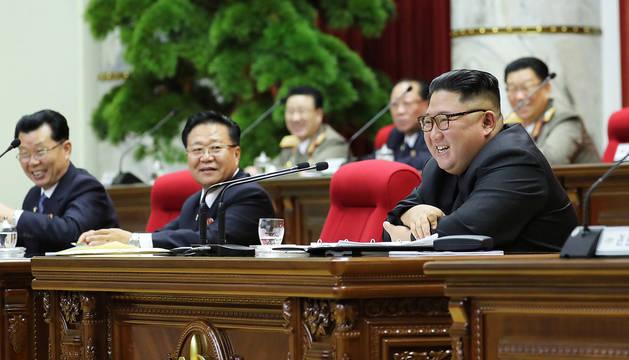 El líder norcoreano, Kim Jong-un, sonríe durante la reunión plenaria del Comité Central del Partido de los Trabajadores.