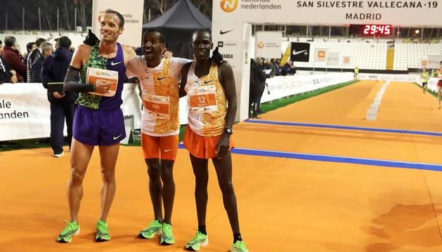 El primer español, Toni Abadía (izda.) junto al ganador de la prueba, Bashir Abdi (centro) y el segundo clasificado, Mande Bushendich  (dcha.).