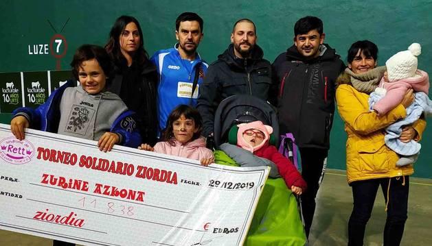 Familiares con la pequeña Zuriñe, en silleta, y organizadores del torneo de Ziordia.