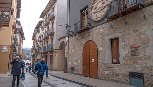 Foto de la biblioteca de Estella, en la calle Ruiz de Alda, cerrada este jueves al mediodía en un gélida mañana.