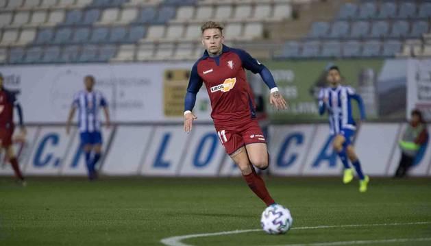 Brandon Thomas busca el balón durante el partido de Copa del Rey disputado en Lorca el pasado 19 de diciembre.