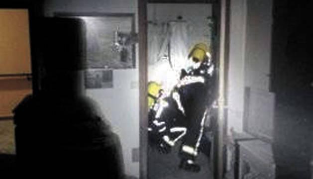 Bomberos, durante las labores de extinción del incendio.