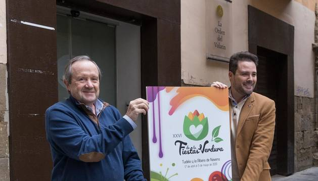 Foto de Rafael Remírez de Ganuza y Alejandro Toquero, con el cartel de las Fiestas de la Verdura.