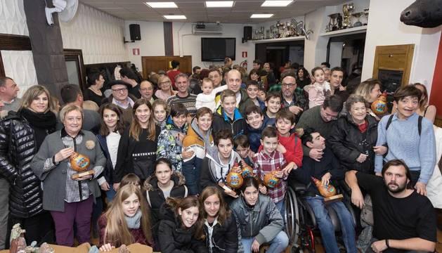 Foto de los galardonados en la 34 edición del Certamen de Belenes y Nacimientos de Tudela, en la sede de la peña La Teba.