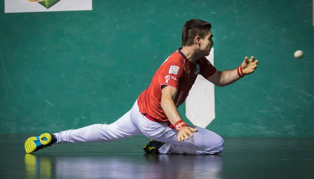 Foto de Iker Irribarria golpea una pelota en una posición acrobática en el Labrit durante un partido anterior del Parejas.