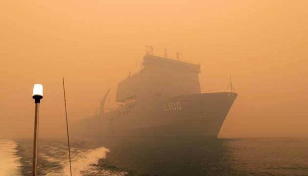 Buques militares evacúan a las personas atrapadas en Australia por los incendios
