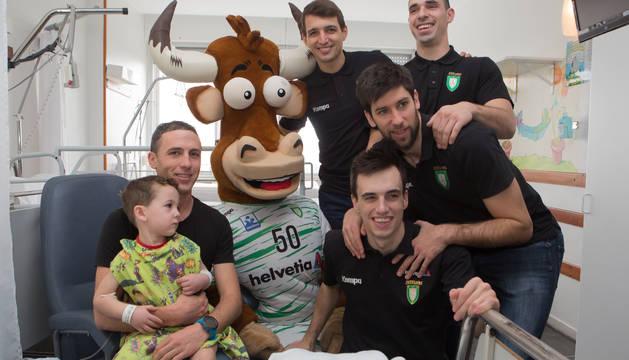 Visita de los jugadores del Helvetia Anaitasuna visitan a los niños ingresados en el CHN