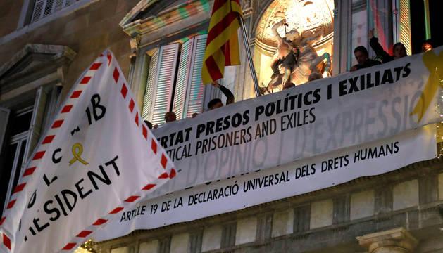 La pancarta por la que la Junta Electoral Central ha sancionado a Quim Torra, ordenando que se le retire su credencial de diputado autonómico, lo que conlleva su inhabilitación, se muestra en el balcón de la sede del gobierno autonómico.