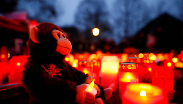 Un mono de peluche y velas en la entrada del zoo de