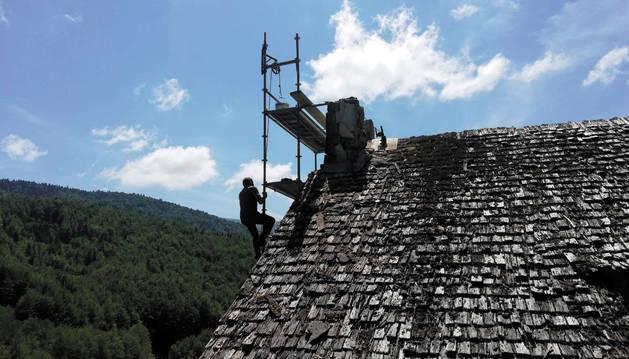 Un operario trabaja en la ermita de la Virgen de las Nieves de Irati el pasado verano durante las labores de apeo de la espadaña y su campana.