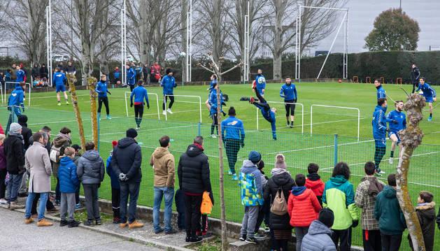 Los jugadores de Osasuna realizan el ejercicio de fútbol-tenis ante la atenta mirada de numeroso público en el campo de calentamiento ubicado a la entrada de Tajonar.