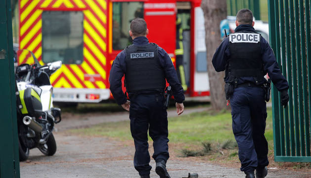 Foto de dos agentes vigilando la zona donde ha tenido lugar el apuñalamiento.