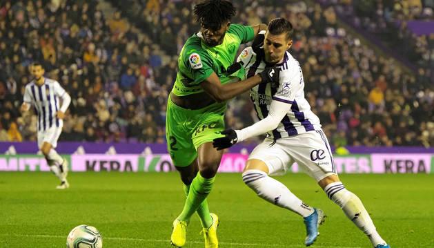 Sergi Guardiola y Chidozie Awadiem disputan un balón durante el encuentro en Zorrilla.
