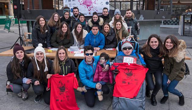 Imagen de los organizadores del evento junto a los niños Aiora y Yeray.