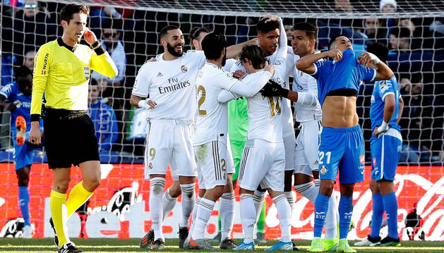 Imagen de los jugadores del Real Madrid celebrando el gol de Varane en la victoria del conjunto blanco ante el Getafe.