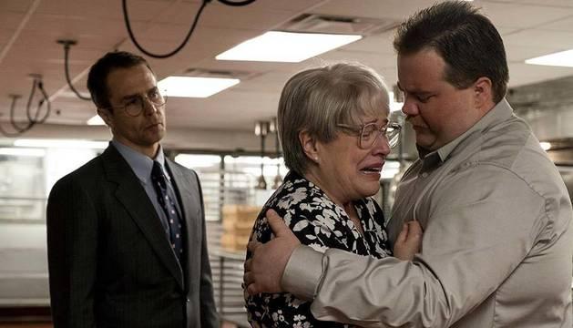 Los actores Sam Rockwell, Kathy Bates y Paul Walter Hauser, en un fotograma de la película.