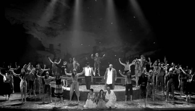 Foto de los cinco protagonistas y el coro de cuarenta ladrones saludan al final de la primera función, el viernes 3 de enero, en el Teatro Arriaga de Bilbao.