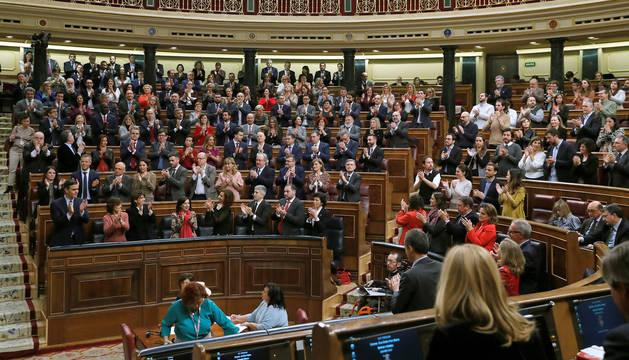 foto de Pedro Sánchez recibe el aplauso de partido y de Unidas Podemos tras su última intervención en la segunda jornada del debate de su investidura