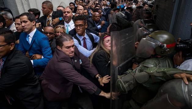 Foto de diputados forcejean con miembros de la Guardia Nacional Bolivariana para ingresar a la Asamblea Nacional este domingo.